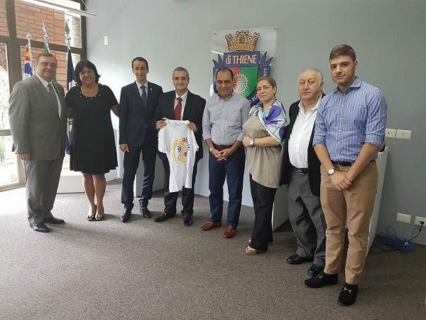 O prefeito posa com o comitê romeno acompanhado da chefe de gabinete, Marisa Catalão; do assessor de Comunicação, Carlos Serrão; e de seu filho, Thiago Auricchio