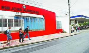 EMI José Auricchio ao lado de posto de combustível em São Caetano (Foto: DGABC)