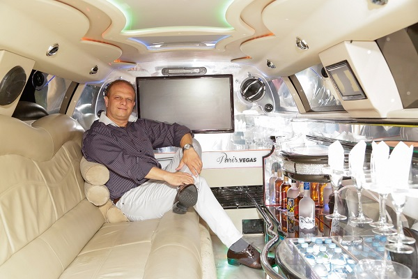 Alessandro Leone dentro da Limousine da empresa Paris Vegas