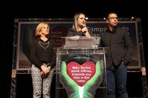 A primeira-dama Aline Lins em evento no Teatro Municipal com a vice-prefeita Ana Maria Rossi e o chefe do Executivo, Rogério Lins