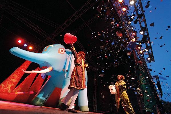 Espetáculo da renomada Cia. Pia Fraus mescla elementos do circo e do teatro e envolve as crianças de forma lúdica