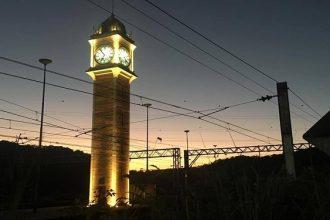 torre do relógio paranapiacaba iluminada